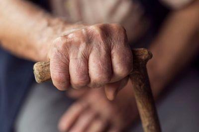 Anziani che non riescono a camminare